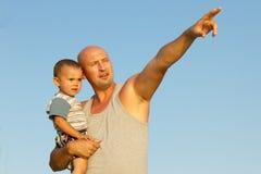 Père et fils en ciel bleu Photo stock