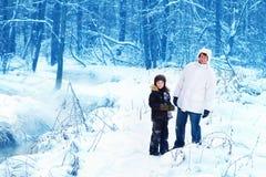 Père et fils en parc neigeux Images libres de droits