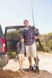 Père et fils en voyage de pêche Photo stock