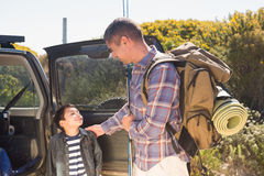 Père et fils en voyage de pêche Images stock