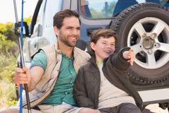 Père et fils en voyage de pêche Image libre de droits