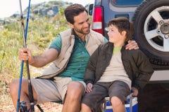 Père et fils en voyage de pêche Image stock