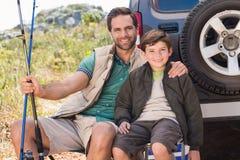 Père et fils en voyage de pêche Photographie stock libre de droits