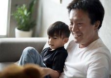 Père et fils ensemble à la maison Photos stock