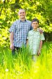 Père et fils extérieurs dans une forêt Photographie stock