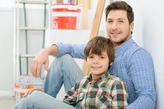 Père et fils faisant la rénovation à la maison Photographie stock