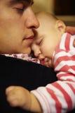 Père et fils faisant une sieste ensemble Photo stock