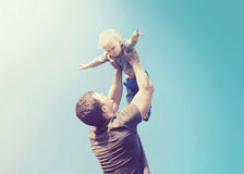 Père et fils heureux de photo de vintage Images stock
