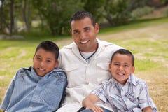 Père et fils hispaniques en stationnement Images stock