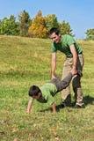 Père et fils jouant à l'extérieur Image libre de droits