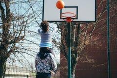 Père et fils jouant au basket-ball Photographie stock