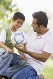 Père et fils jouant au football Photo libre de droits