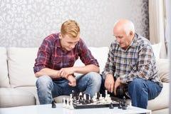 Père et fils jouant aux échecs Photo libre de droits
