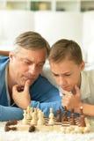 Père et fils jouant aux échecs Images libres de droits
