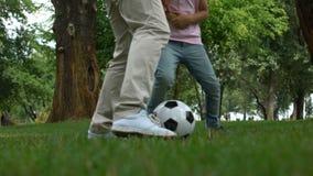 Père et fils jouant le football en parc, activités en plein air, mode de vie sain clips vidéos