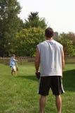 Père et fils jouant le loquet Photographie stock