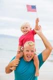 Père et fils jouant sur la plage Photo stock
