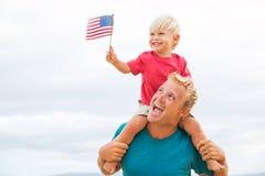 Père et fils jouant sur la plage Image libre de droits