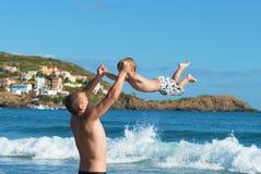 Père et fils jouant sur la plage Photographie stock libre de droits