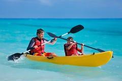 Père et fils kayaking images libres de droits