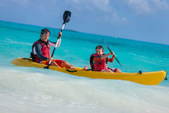 Père et fils kayaking Images stock
