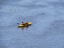 Père et fils Kayaking sur MRiver chez Sun photographie stock