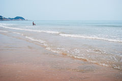 Père et fils loin sur la plage Images stock