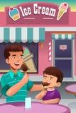 Père et fils mangeant la crème glacée  Photo libre de droits