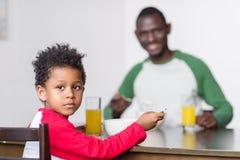 Père et fils mangeant le petit déjeuner Photo libre de droits