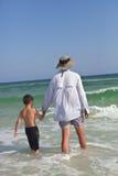 Père et fils marchant dans l'eau à l'extérieur dans l'océan Photo stock