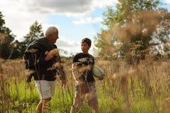 Père et fils marchant dans un domaine