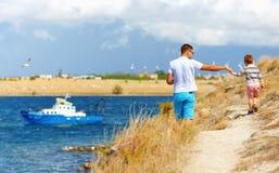 Père et fils marchant sur la falaise, bord de la mer photographie stock libre de droits
