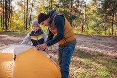 père et fils mettant vers le haut de la tente photographie stock libre de droits