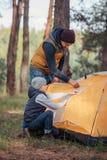 père et fils mettant vers le haut de la tente image stock