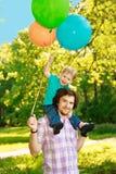 Père et fils passant le temps ensemble un jour ensoleillé Litt heureux photos stock