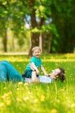 Père et fils passant le temps ensemble un jour ensoleillé Litt heureux photo stock