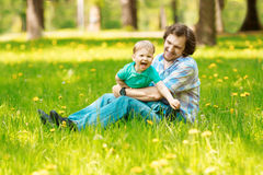 Père et fils passant le temps ensemble un jour ensoleillé Litt heureux images stock
