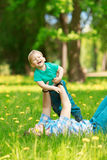 Père et fils passant le temps ensemble un jour ensoleillé Litt heureux image stock