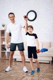 Père et fils posant sur la caméra dans des gants de boxe image stock