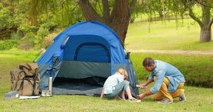 Père et fils préparant leur tente banque de vidéos