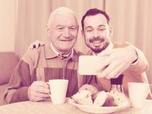 Père et fils prenant des photos Image stock