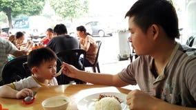 Père et fils prenant le petit déjeuner Image stock