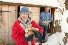 Père et fils rassemblant des logarithmes naturels de la mémoire en bois Images stock