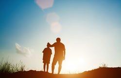 Père et fils recherchant l'avenir, concept de silhouette Photos libres de droits