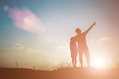 Père et fils recherchant l'avenir, concept de silhouette Image stock