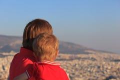Père et fils regardant Athènes, Grèce Photos libres de droits