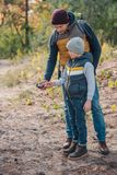 père et fils regardant la boussole tout en se tenant ensemble photographie stock libre de droits