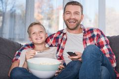 Père et fils regardant la TV Photographie stock libre de droits