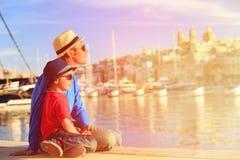 Père et fils regardant la ville de La Valette, Malte Image stock