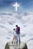 Père et fils regardant le signe croisé Photo libre de droits